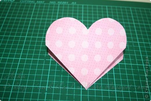 Ещё один вариант быстрого изготовления сердечного подарка. Такими сердечками можно украсить комнату в день всех влюблённых. Вот такие сладкие сердечки можно сделать очень быстро: фото 9
