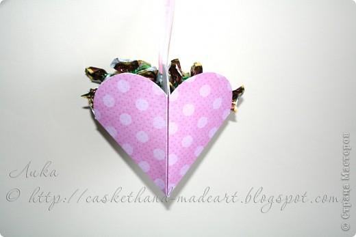 Ещё один вариант быстрого изготовления сердечного подарка. Такими сердечками можно украсить комнату в день всех влюблённых. Вот такие сладкие сердечки можно сделать очень быстро: фото 1