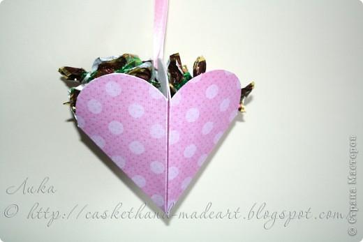 Ещё один вариант быстрого изготовления сердечного подарка. Такими сердечками можно украсить комнату в день всех влюблённых. Вот такие сладкие сердечки можно сделать очень быстро: фото 12