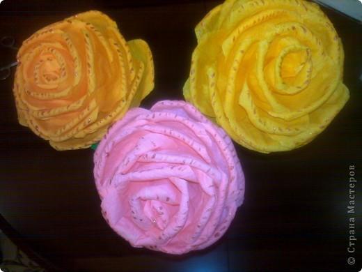 Получили задание в детском саду-нужно было сделать или купить два цветка на палочке. Дети будут учить танец к 8 Марта, а в ручках будут держать цветочки.Купить- это, конечно, проще, но ведь у нас  СТРАНА МАСТЕРОВ. Вот я  и взялась за дело, пересмотрела множество цветов и вариантов изготовления и остановилась на розочках. фото 4