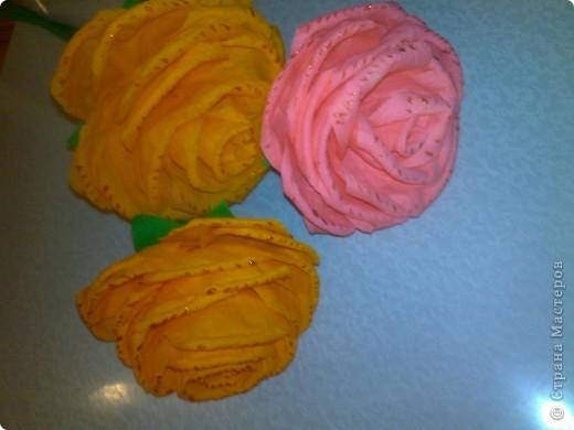 Получили задание в детском саду-нужно было сделать или купить два цветка на палочке. Дети будут учить танец к 8 Марта, а в ручках будут держать цветочки.Купить- это, конечно, проще, но ведь у нас  СТРАНА МАСТЕРОВ. Вот я  и взялась за дело, пересмотрела множество цветов и вариантов изготовления и остановилась на розочках. фото 6