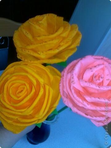 Получили задание в детском саду-нужно было сделать или купить два цветка на палочке. Дети будут учить танец к 8 Марта, а в ручках будут держать цветочки.Купить- это, конечно, проще, но ведь у нас  СТРАНА МАСТЕРОВ. Вот я  и взялась за дело, пересмотрела множество цветов и вариантов изготовления и остановилась на розочках. фото 3