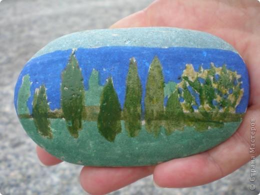 Рисовали на камушках, гальке. Чтоб не скучно было на пляже. Все ровненькие более менее камушки рядом изрисовали. Некоторые сфотографировали. фото 1