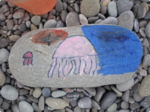 Рисовали на камушках, гальке. Чтоб не скучно было на пляже. Все ровненькие более менее камушки рядом изрисовали. Некоторые сфотографировали. фото 3