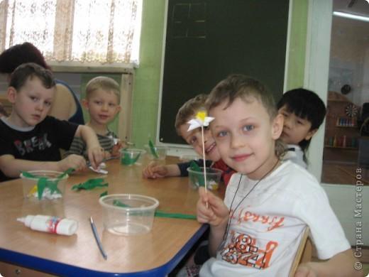 Вот такой весенний букет был создан совместно с детьми подготовительной группы. Это подарок маман к 8 марта. фото 3