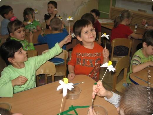 Вот такой весенний букет был создан совместно с детьми подготовительной группы. Это подарок маман к 8 марта. фото 4