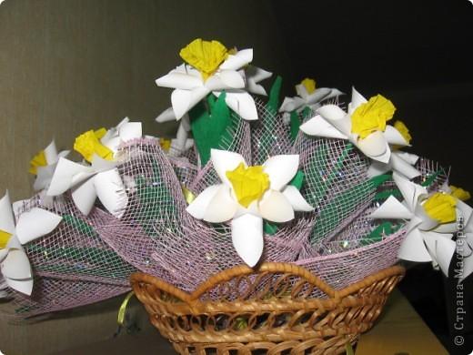 Вот такой весенний букет был создан совместно с детьми подготовительной группы. Это подарок маман к 8 марта. фото 1