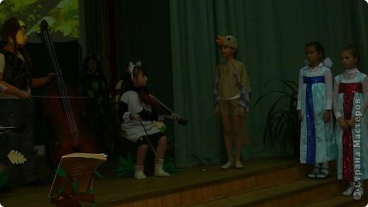 """Недавно в школе прошел театральный марафон. Каждый класс подготовил и показал свою постановку. Наш класс выбрал басню Крылова """"Квартет"""".   фото 12"""