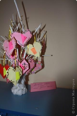 дерево любви. дети сами обклеивали вазу ватой, окрашивали гуашью ветки и конечно же сми делали оригами сердечки, украшали их, я только писала записки под их диктовку и с дыроколом работала:)