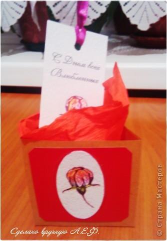 Для своих одногруппниц ко дню влюбленных сделала такие приятные и сладкие подарочки... Это треугольная коробочка, внутри помятая гофрированная бумага, тэг с пожеланием... А уже совсем перед вручением вложила в коробочку испеченные печенья в форме сердечка :) Девочки довольны, поэтому довольна и я!
