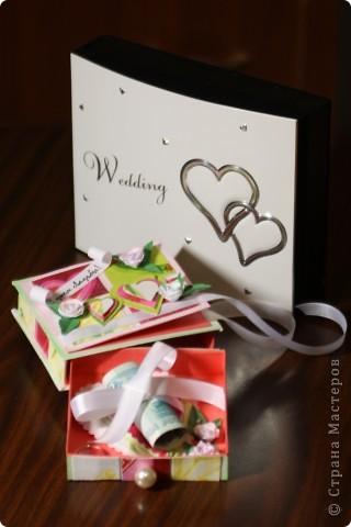 Общий план. На заднем фоне свадебный фотоальбом в виде шкатулки - влюбилась в него сразу, даже жалко дарить...шучу :) фото 1