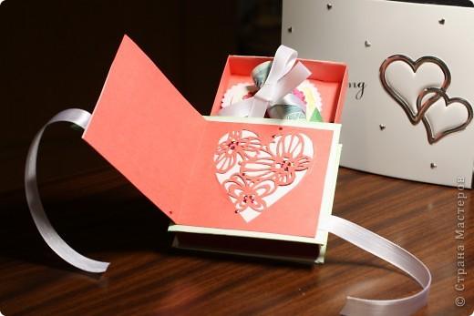 Общий план. На заднем фоне свадебный фотоальбом в виде шкатулки - влюбилась в него сразу, даже жалко дарить...шучу :) фото 4