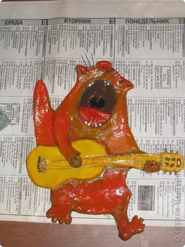 Встал вопрос подарка на день рождения другу-гитаристу. в ход пошла старая виниловая пластинка, подиум сделали из модельного пластика с наждачкой для фактуры, клей - момент гель. фото 4