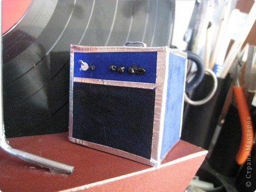 Встал вопрос подарка на день рождения другу-гитаристу. в ход пошла старая виниловая пластинка, подиум сделали из модельного пластика с наждачкой для фактуры, клей - момент гель. фото 6