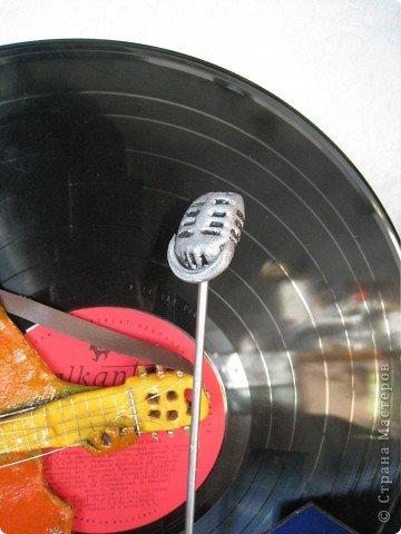 Встал вопрос подарка на день рождения другу-гитаристу. в ход пошла старая виниловая пластинка, подиум сделали из модельного пластика с наждачкой для фактуры, клей - момент гель. фото 7