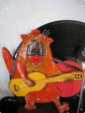 Встал вопрос подарка на день рождения другу-гитаристу. в ход пошла старая виниловая пластинка, подиум сделали из модельного пластика с наждачкой для фактуры, клей - момент гель. фото 2