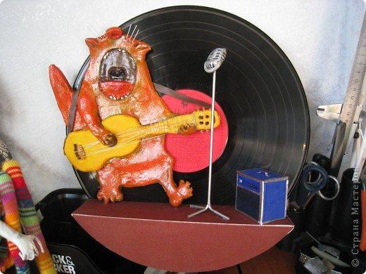 Встал вопрос подарка на день рождения другу-гитаристу. в ход пошла старая виниловая пластинка, подиум сделали из модельного пластика с наждачкой для фактуры, клей - момент гель. фото 1