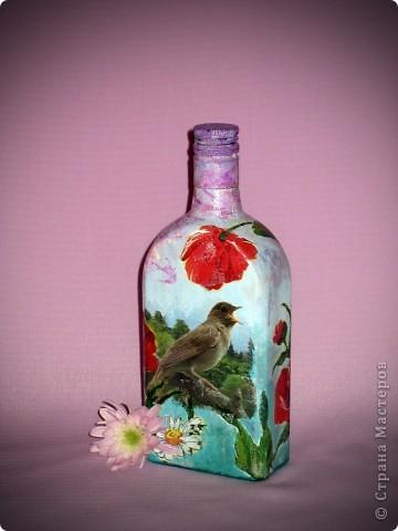 """Только бутылка появилась, сразу преобразилась. Хотелось добавить кракелюр, но специальными средствами пока не обзавелась, а из подручных - не выходит. Что-то делаю не так. Салфетка """"потекла"""", пришлось подкрашивать белой краской. Качество получилось не очень, но сама бутылочка мне нравится. фото 11"""