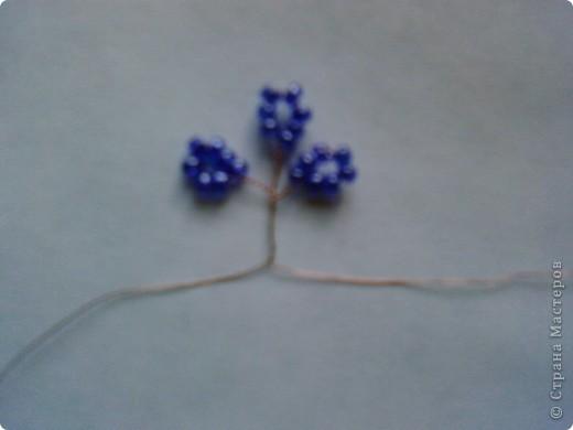Проволоку для мелкого бисера использую из многожильного провода, отмеряю длину 30 см. Вначале беру 7 бисеринок (для крупного 5 шт) и располагаю их на середине проволоки. фото 5