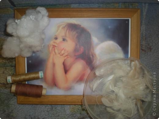 Нашла красивую картинку с изображением ангелочка. Сначала была задумка сделать работу в стиле квиллинга, но потом решила что естественнее будут выглядеть крылья из перьев. В итоге вот что у меня получилось....... фото 2