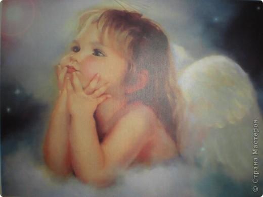 Нашла красивую картинку с изображением ангелочка. Сначала была задумка сделать работу в стиле квиллинга, но потом решила что естественнее будут выглядеть крылья из перьев. В итоге вот что у меня получилось....... фото 5