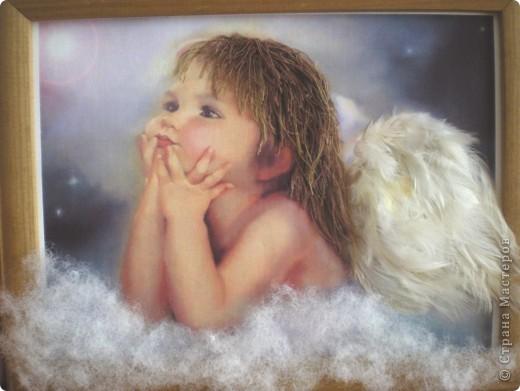 Нашла красивую картинку с изображением ангелочка. Сначала была задумка сделать работу в стиле квиллинга, но потом решила что естественнее будут выглядеть крылья из перьев. В итоге вот что у меня получилось....... фото 1