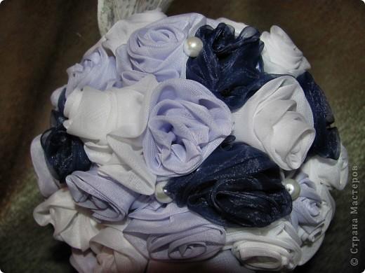 Предлагаю маленький мастер класс по созданию дерева из текстильных роз..  Для работы нам понадобится: ткань органза, нить, иголка, ножницы, клей ПВА, клей Дракон, кашпо, прочная проволока, газета, немного гипса и огромное желание . фото 10