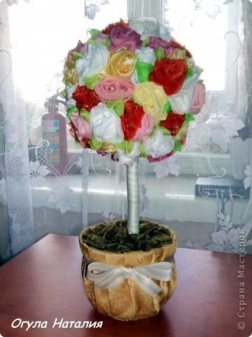 Предлагаю маленький мастер класс по созданию дерева из текстильных роз..  Для работы нам понадобится: ткань органза, нить, иголка, ножницы, клей ПВА, клей Дракон, кашпо, прочная проволока, газета, немного гипса и огромное желание . фото 1