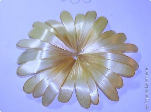 Делая ромашки для подарка к 8 марта решила показать вам поэтапно как делаются самые простые цветы из соломки с приданием полуобъема. МК для начинающих, кто еще не умеет работать с соломкой, поэтому все подробно.  фото 12