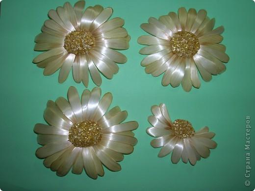 Делая ромашки для подарка к 8 марта решила показать вам поэтапно как делаются самые простые цветы из соломки с приданием полуобъема. МК для начинающих, кто еще не умеет работать с соломкой, поэтому все подробно.  фото 15
