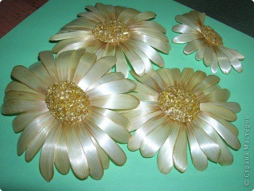 Делая ромашки для подарка к 8 марта решила показать вам поэтапно как делаются самые простые цветы из соломки с приданием полуобъема. МК для начинающих, кто еще не умеет работать с соломкой, поэтому все подробно.  фото 1