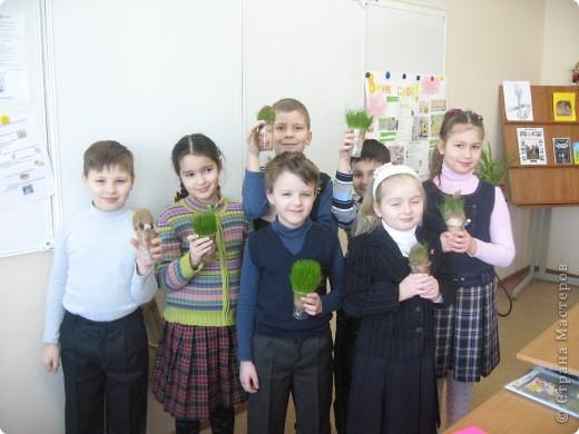"""Сделать такого """"травянчика"""" предложил нам ученик 2 класса """"А"""" ЦО №1883 Ковальский Даня. Идея нам очень понравилась! С ребятами на уроке труда мы его сделали, потом поливали...и вот что получилось! фото 2"""