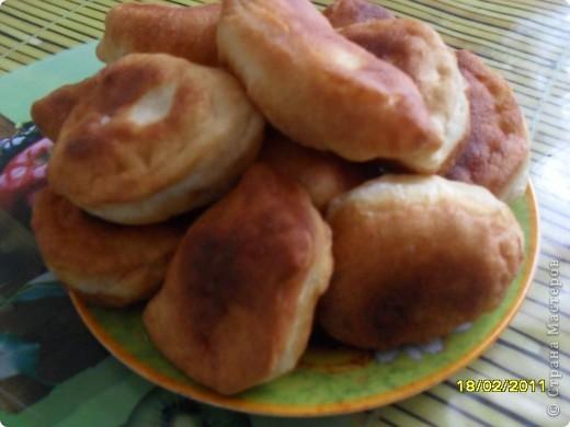 Рецепт теста - на 0,5л кефира,2-3 яйца,0,5ч.л.соды,соль,мука (тесто должно быть немного мягче чам на вареники) Начинка - квашенную капусту отварить,отдельно отварить картофель (разомнуть).Поджарить на масле 2 луковицы и немного протушить капусту.Размешать с картофельным пюре.Начинка готова.Жарить пирожки  в масле как пончики. фото 1