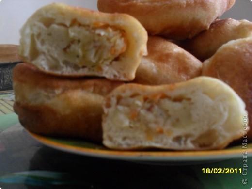 Рецепт теста - на 0,5л кефира,2-3 яйца,0,5ч.л.соды,соль,мука (тесто должно быть немного мягче чам на вареники) Начинка - квашенную капусту отварить,отдельно отварить картофель (разомнуть).Поджарить на масле 2 луковицы и немного протушить капусту.Размешать с картофельным пюре.Начинка готова.Жарить пирожки  в масле как пончики. фото 2