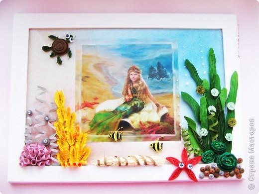 В детском саду моей дочке сделали вот такую красивую фотографию. Сразу захотелось к ней необычную рамку.  Фон тонирован пастелью, фотография за стеклом, а все украшения приклеены к стеклу.  фото 1