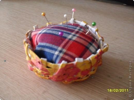 Эту игольницу я сделала в подарок для бабушки. Основу я сплела из бумажных трубочек, а в середине поролон, который я обшила тканью. Корзинку я покрасила  красками. фото 2