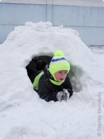 Снега в этом году много... как только дождались отттепели - сразу на улицу лепить... Так однажды вечером слепили мы снегурочку. фото 6