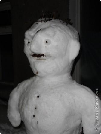 Снега в этом году много... как только дождались отттепели - сразу на улицу лепить... Так однажды вечером слепили мы снегурочку. фото 7