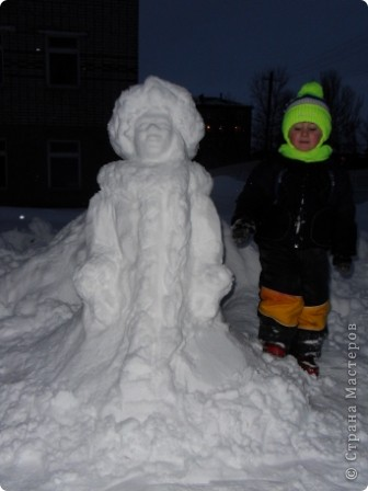 Снега в этом году много... как только дождались отттепели - сразу на улицу лепить... Так однажды вечером слепили мы снегурочку. фото 3