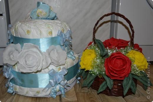 подарок на выписку торт из памперсов и сладкий букет фото 1