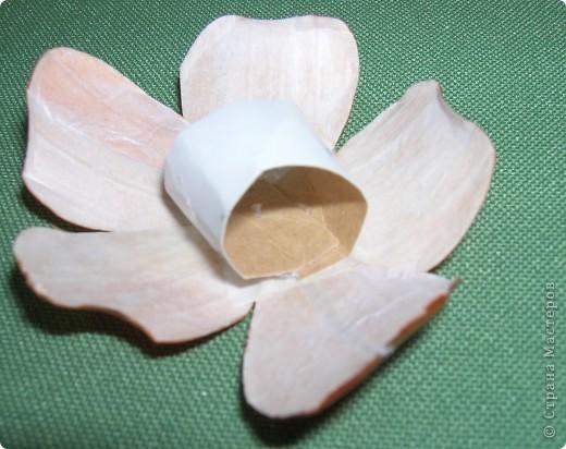 Делая ромашки для подарка к 8 марта решила показать вам поэтапно как делаются самые простые цветы из соломки с приданием полуобъема. МК для начинающих, кто еще не умеет работать с соломкой, поэтому все подробно.  фото 19