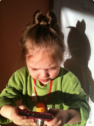"""Отправляю маму на работу. Прическа элементрарная:)Придумывала на ходу,т.к. мама разбудила в 6 утра и сказала:""""У меня есть 15 минут,заплети мне что-нибудь"""".Потаму то она и элементарная:)  Делим волосы центральным пробором от лба до затылка.Плетем обычные две косы с захватом с обех сторон. (французкой называют такую же косу только с внутренним плетением-получается коса сверху.Мы плели обычну-т.е.коса """"внутри"""").Во время плетения со стороны одной и другой косы оставляем прядочку для жгутика(чтоб не мешалась закалываем уточкой на верх.Плетем дальше до конца. Завязывыатся резиночками две косы.Т.к.волосы средней длины и не совсем объемные,я подраспустила косы-вытаскивала петли-делала косы ажурнее.Если волосы густые и длинные,то ничего делать не надо.Теперь правую косу сворачиваем улиткой на затылке,прикалываем шписльками.Левую обворачиваем эту улитку.Закрепляем.  Теперь работаем с теми прядочками,что мы оставили при плетении кос.Их скручиваем в жгутики.   Крутить так:Делим прядочу на две.Эти две прядки для удобства спрыскиваем пульвиризатором(водой) и правую начинаем крутитьнаправо и левую крутим направо а перекручивать их вместе уже налево-и тогда они не раскутятся:)Все.укладываем их покрасивше(я просто крес на крест и закалываем невидимками.ГОТОВО:)Я бы украсила декоративными шмильками как раз в месте закалывани жгутов(получилось бы по одной с обеих сторон),но таких у меня в арсенале пока еще нет:) Надо запастись:) Кстати,вместо кос можно плести жгуты с захватом с одной стороны,а вместо маленьких жгутиков заплести косички:) фото 5"""