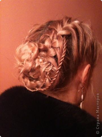 """Отправляю маму на работу. Прическа элементрарная:)Придумывала на ходу,т.к. мама разбудила в 6 утра и сказала:""""У меня есть 15 минут,заплети мне что-нибудь"""".Потаму то она и элементарная:)  Делим волосы центральным пробором от лба до затылка.Плетем обычные две косы с захватом с обех сторон. (французкой называют такую же косу только с внутренним плетением-получается коса сверху.Мы плели обычну-т.е.коса """"внутри"""").Во время плетения со стороны одной и другой косы оставляем прядочку для жгутика(чтоб не мешалась закалываем уточкой на верх.Плетем дальше до конца. Завязывыатся резиночками две косы.Т.к.волосы средней длины и не совсем объемные,я подраспустила косы-вытаскивала петли-делала косы ажурнее.Если волосы густые и длинные,то ничего делать не надо.Теперь правую косу сворачиваем улиткой на затылке,прикалываем шписльками.Левую обворачиваем эту улитку.Закрепляем.  Теперь работаем с теми прядочками,что мы оставили при плетении кос.Их скручиваем в жгутики.   Крутить так:Делим прядочу на две.Эти две прядки для удобства спрыскиваем пульвиризатором(водой) и правую начинаем крутитьнаправо и левую крутим направо а перекручивать их вместе уже налево-и тогда они не раскутятся:)Все.укладываем их покрасивше(я просто крес на крест и закалываем невидимками.ГОТОВО:)Я бы украсила декоративными шмильками как раз в месте закалывани жгутов(получилось бы по одной с обеих сторон),но таких у меня в арсенале пока еще нет:) Надо запастись:) Кстати,вместо кос можно плести жгуты с захватом с одной стороны,а вместо маленьких жгутиков заплести косички:) фото 2"""