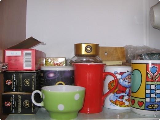 На кухне в шкафчике. Кружки занимают всю нижнюю полку. фото 1
