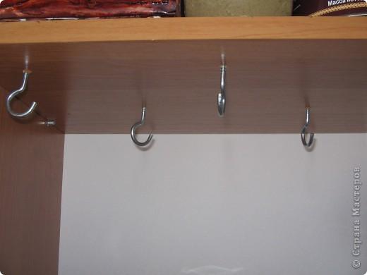 На кухне в шкафчике. Кружки занимают всю нижнюю полку. фото 2