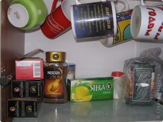 На кухне в шкафчике. Кружки занимают всю нижнюю полку. фото 4