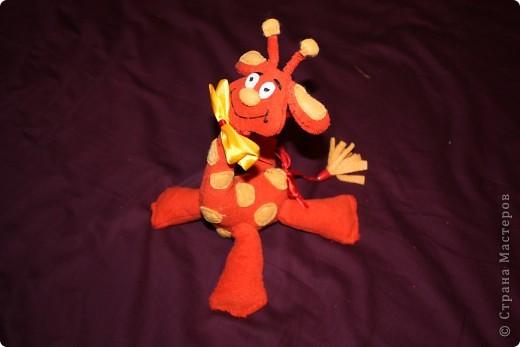 Вот она. Самая первая игрушка сшитая моей тогда еще 2-х месячной дочке. И пожалуй самая ее любимая игрушка.  Сшит из красной  махровой простыни,  по ощупь просто супер. фото 3