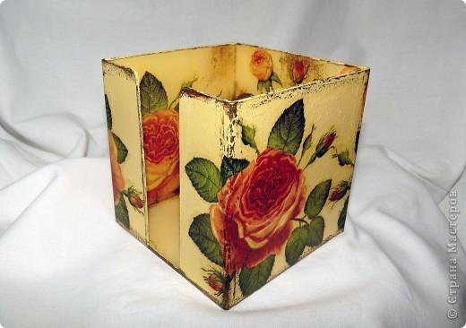 Была прозрачная коробочка. Сначала я наклеила салфетку лицом внутрь, потом хорошо прокрасила и наклеила ещё одну салфетку, получился рисунок с двух сторон. фото 1