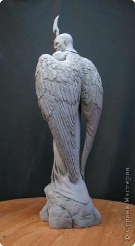 Недавно, шарясь в инете, я наткнулась на скульптуры Марка Ньюмана (Mark Newman), от которых я просто не могла оторвать глаз. Стала искать информацию и ,конечно, захотелось поделиться с кем-то такой красотой. Может быть кому-то в Стране покажется интересными работы этого художника. Немного информации о самом скульпторе: Марк Ньюман родился в Окланде, США, в июне 1962-го года. Художник профессионально занимается скульптурой уже более 19 лет.  А повлияли на его творчество такие мастера как Жан Лорензо Бернини, Микеланджело, Альфонсе Муча и многие другие. Весьма и весьма благотворно повлияли, ведь теперь у Марка есть собственная студия, гордо носящая имя художника: Mark Newman Sculpture Inc. Работая над скульптурами, Марк Ньюман всегда старается выкладываться по полной, и от этого он получает огромное удовольствие. Марк надеется, что таким образом он вдохновит и других художников, и обычных зрителей, созерцающих его работы. Начинающим художникам он советует: побольше практиковаться, побольше рисовать, наблюдать за окружающим миром и исследовать его формы, ведь все, чему надо учиться – все это вокруг нас. Приятного всем просмотра и вдохновения!  фото 7