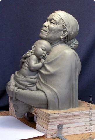 Недавно, шарясь в инете, я наткнулась на скульптуры Марка Ньюмана (Mark Newman), от которых я просто не могла оторвать глаз. Стала искать информацию и ,конечно, захотелось поделиться с кем-то такой красотой. Может быть кому-то в Стране покажется интересными работы этого художника. Немного информации о самом скульпторе: Марк Ньюман родился в Окланде, США, в июне 1962-го года. Художник профессионально занимается скульптурой уже более 19 лет.  А повлияли на его творчество такие мастера как Жан Лорензо Бернини, Микеланджело, Альфонсе Муча и многие другие. Весьма и весьма благотворно повлияли, ведь теперь у Марка есть собственная студия, гордо носящая имя художника: Mark Newman Sculpture Inc. Работая над скульптурами, Марк Ньюман всегда старается выкладываться по полной, и от этого он получает огромное удовольствие. Марк надеется, что таким образом он вдохновит и других художников, и обычных зрителей, созерцающих его работы. Начинающим художникам он советует: побольше практиковаться, побольше рисовать, наблюдать за окружающим миром и исследовать его формы, ведь все, чему надо учиться – все это вокруг нас. Приятного всем просмотра и вдохновения!  фото 1